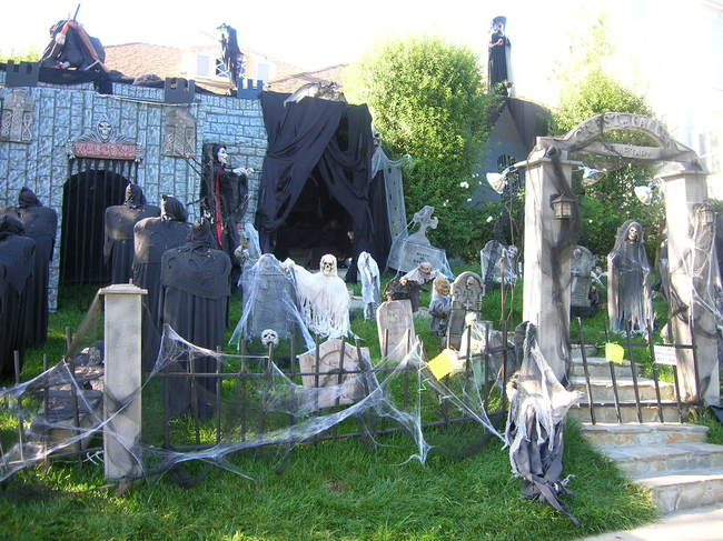 Amazing Halloween decorations at houses