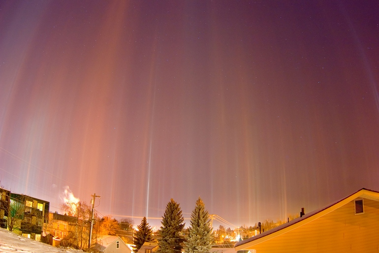 Crazy Places you won't believe exist - light pillars of moscow