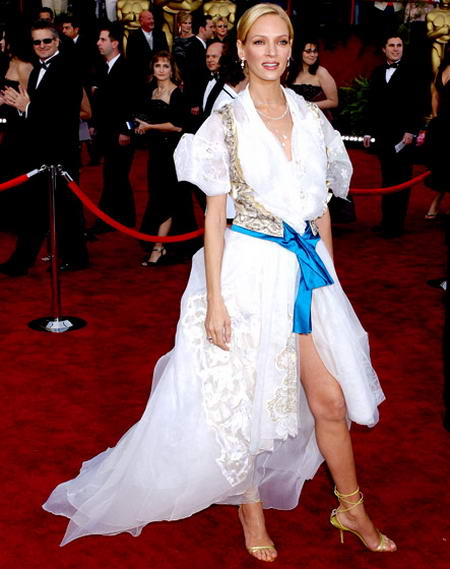 Uma Thurman wearing horrible dress at Oscar ceremony in 2004